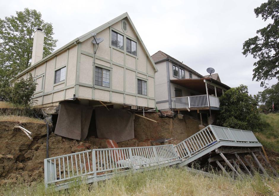 Frana il terreno sotto le case. Dieci abitazioni già evacuate. Succede a Lakeport, in California. La causa sarebbe l'acqua sotto il terreno (Ap/Rich Pedroncelli)