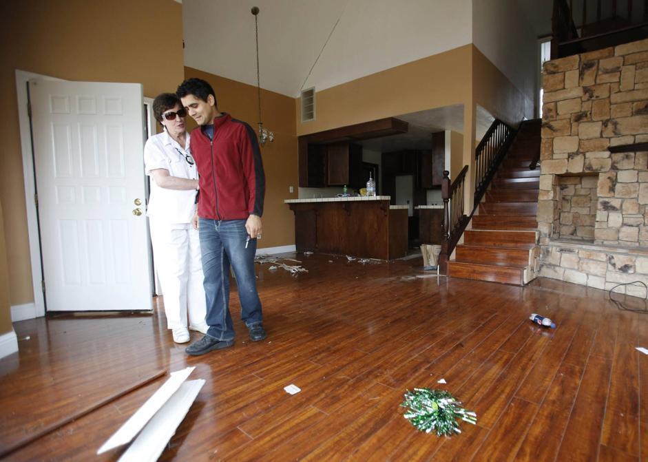 Jagtar Singh viene consolato dalla vicina Blanka Doren. Singh è nel salone della casa che è stato costretto ad abbandonare  (Ap/Rich Pedroncelli)