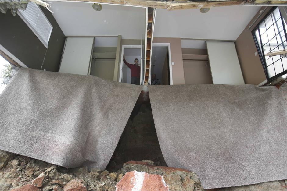 Jagtar Singh guarda una della camere da letto della sua casa, sprofondate (Ap/Rich Pedroncelli)