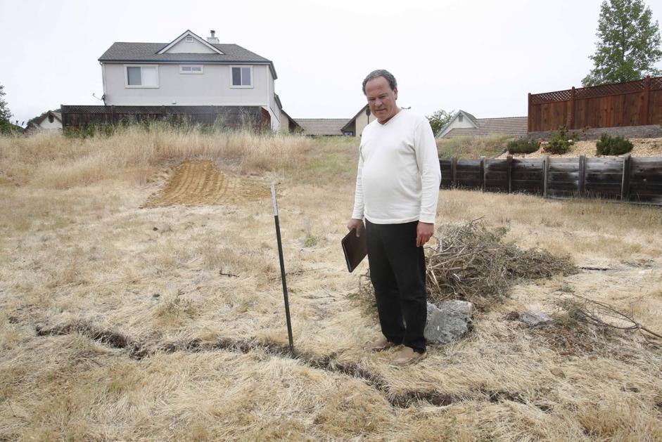 Randall Fitzgerald osserva una crepa nel terreno vicina alla sua casa (Ap/Rich Pedroncelli)