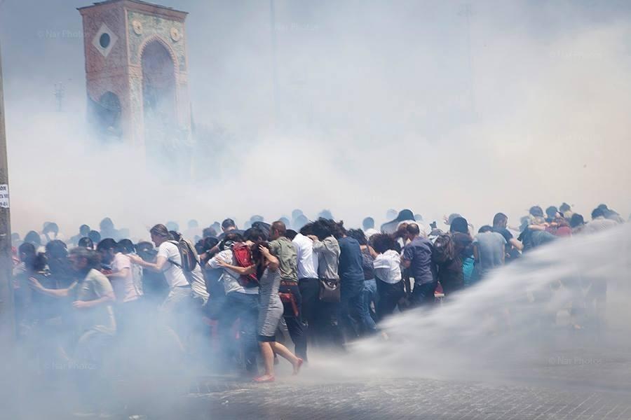 Il governo islamico-moderato e l?amministrazione cittadina hanno deciso di distruggere il Gezi Parki, una delle poche aree verdi della città. Ma una parte della popolazione non ci sta e da giovedì le forze dell?ordine della megalopoli sul Bosforo faticano a trattenere la protesta, domata solo grazie e getti di idrante e lacrimogeni