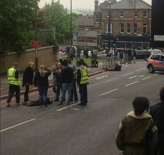 Londra, soldato ucciso a colpi di machete da due uomini poi feriti e arrestati dalla polizia. Si sospetta atto terroristico (da Twitter)