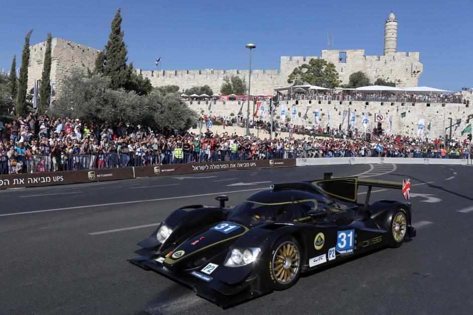 Il glamour del circo della Formula Uno nel cuore della città vecchia di Gerusalemme.L'evento sta riscuotendo un successo senza precedenti con un pubblico numeroso. Ma non mancano le polemiche. L'Autoritá nazionale palestinese e la Lega Araba criticano il «Peace Road Show»  (questo il nome dell'iniziativa) definendolo come «un atto provocatorio da parte di Israele» per  «giudaizzare» la Cittá Santa. (Abir Sultain/Epa)