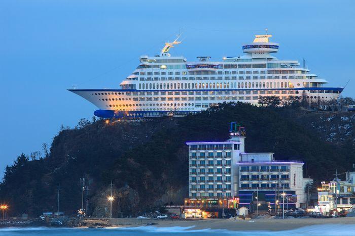 È situato sulla sommità di una scogliera, ha una lunghezza di 165 metri, un'altezza di 45 metri e un peso di ben 30.000 tonnellate (foto: esuncruise.com)