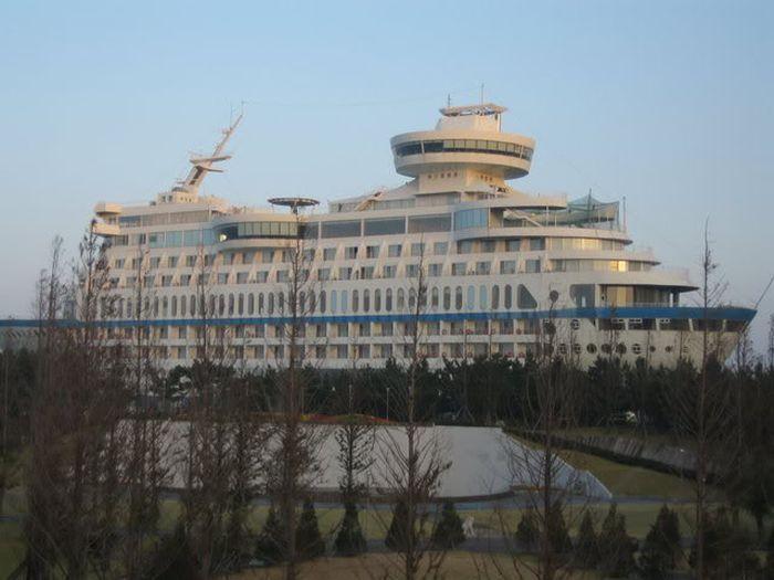 Dotato di 211 camere, al suo interno contiene anche un ristorante coreano, un salone girevole, un night club (foto: esuncruise.com)
