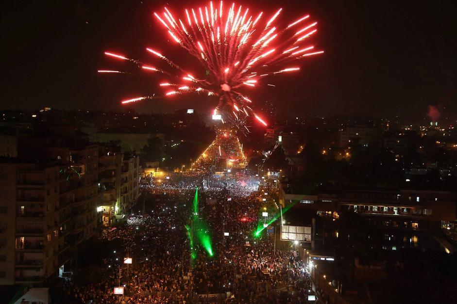 Egitto, Morsi è stato appena destituito (e arrestato) dall'esercito. E al Cairo, in Piazza Tahrir, ma non solo, si scatenano i festeggiamenti, tra fuochi d'artificio e caroselli (Epa)