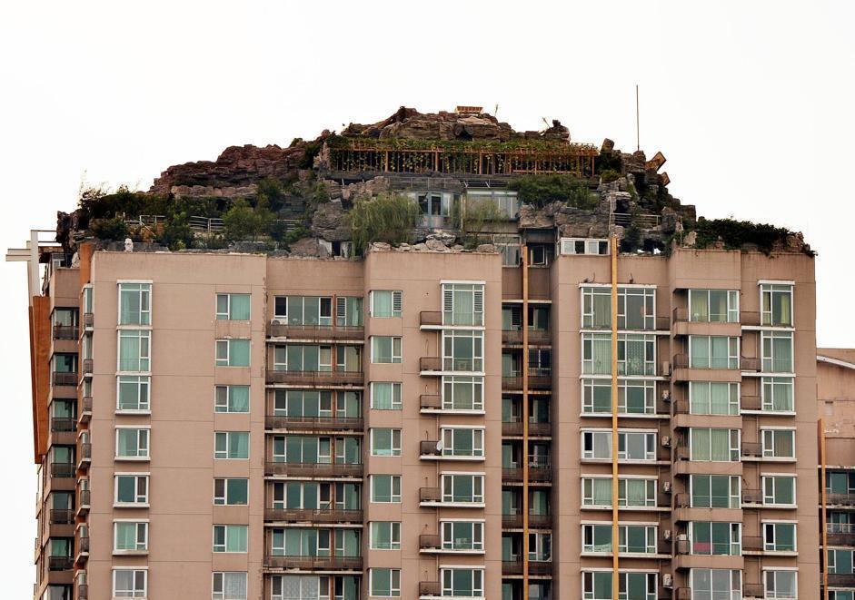 Pechino in cima al grattacielo la casa fatta di roccia for Schierandosi dalla roccia in casa