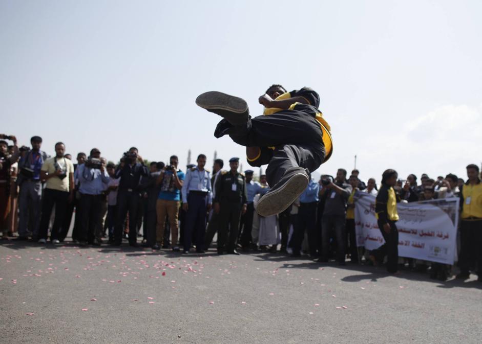 Danze acrobatiche durante la cerimonia di apertura del Festiva d'Estate di Sanaa, la capitale dello Yemen (REUTERS/Khaled Abdullah)