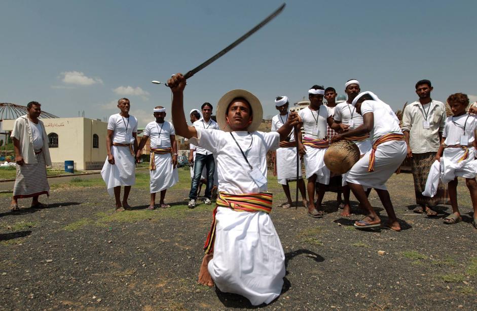 Danze tradizionali durante la cerimonia di apertura del Festiva d'Estate di Sanaa, la capitale dello Yemen (Afp/Huwais)