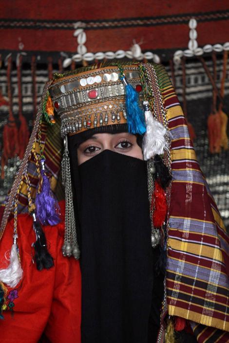Una donna yemenita in costume tradizionale durante la cerimonia di apertura del Festiva d'Estate di Sanaa, la capitale dello Yemen (Afp/Huwais)