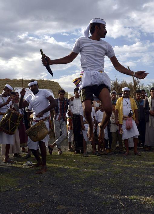 Danze tradizionali durante la cerimonia di apertura del Festiva d'Estate di Sanaa, la capitale dello Yemen (Epa/Yahya Arab)