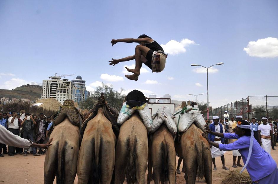 Salto di cinque cammelli (Epa/Yahya Arhar)