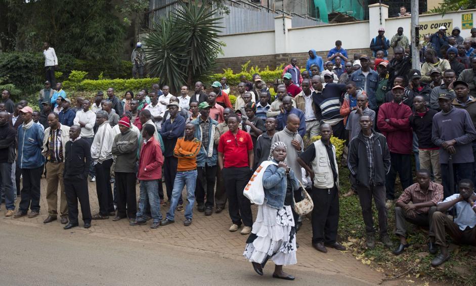 Un gruppo di persone davanti al Westgate Mall (Ap/Curtis)