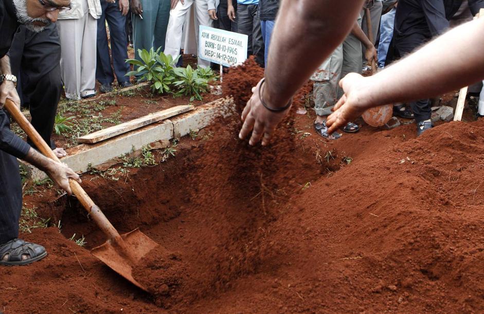 La cremazione di una delle vittime dello scontro a fuoco tra polizia e terroristi: Rehmad Mehbub, 18 anni (Reuters/Mukoya)