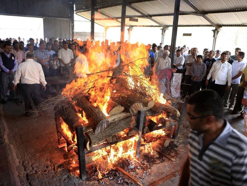 La cerimonia di cremazione della 16enne indiana (Reuters/Khamis)
