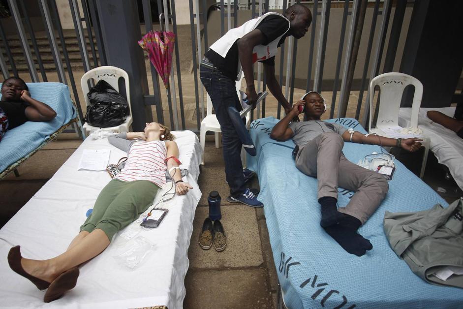 Cittadini kenyoti donano sangue per i feriti (Epa/Irungu)