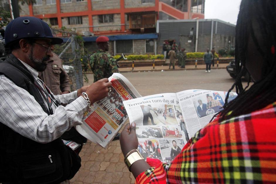 La notizia dell'attacco terroristico sui giornali kenyoti (Epa/Irungu)