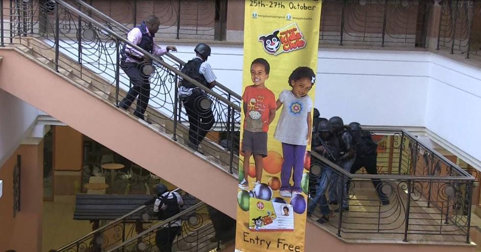 I soldati dentro il Westgate mall a Nairobi (Afp/Sobecki)
