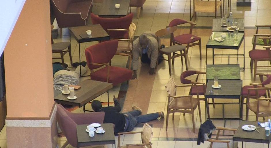 Clienti del mall cercano riparo tra i tavolini del bar (Afp/Sobecki)
