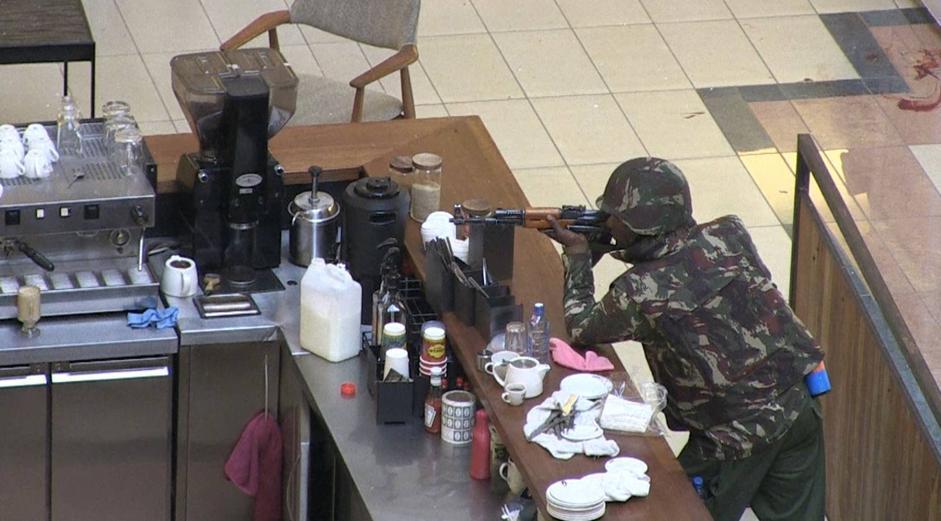 Un militare appostato nel mall (Afp/Sobecki)