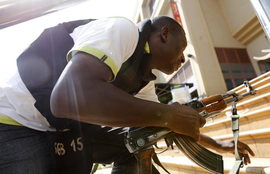 Un agente prepara l'assalto al centro. Gli uomini armati all'interno sono dotati di fucili d'assalto, giubbotti antiproiettile e granate (Reuters/Mukoya)