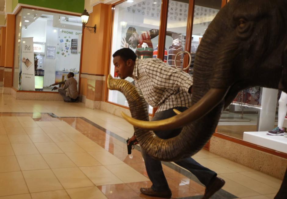 Agenti all'interno del centro commerciale (Reuters/Tomasevic)