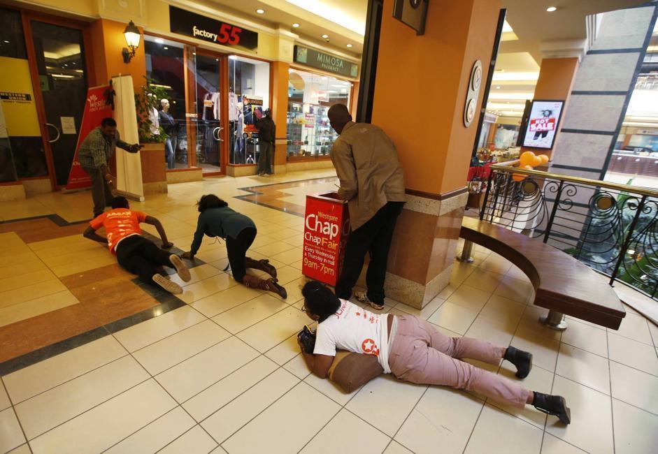 Alcuni clienti del centro commerciale strisciano lungo il pavimento per raggiungere la salvezza (Reuter/Tomasevic)