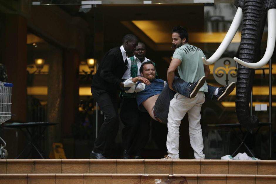 Nel frattempo la polizia ha soccorso un gruppo di stranieri, alcuni feriti, portandoli fuori dal centro commerciale (Epa/Irungu)