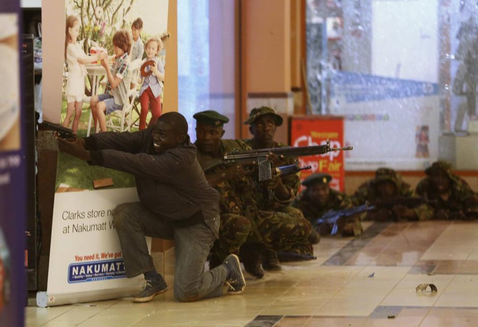 La situazione si è risolta, ha annunciato la polizia, nelle prime ore della serata. Impressionante, comunque, il dispiegamento di forze (Reuters/Tomasevic)