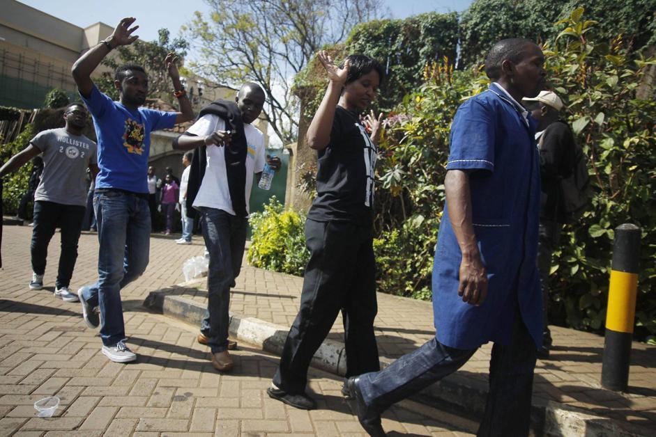 Ostaggi liberati lasciano il centro commerciale di Westgate (Epa/Irungu)