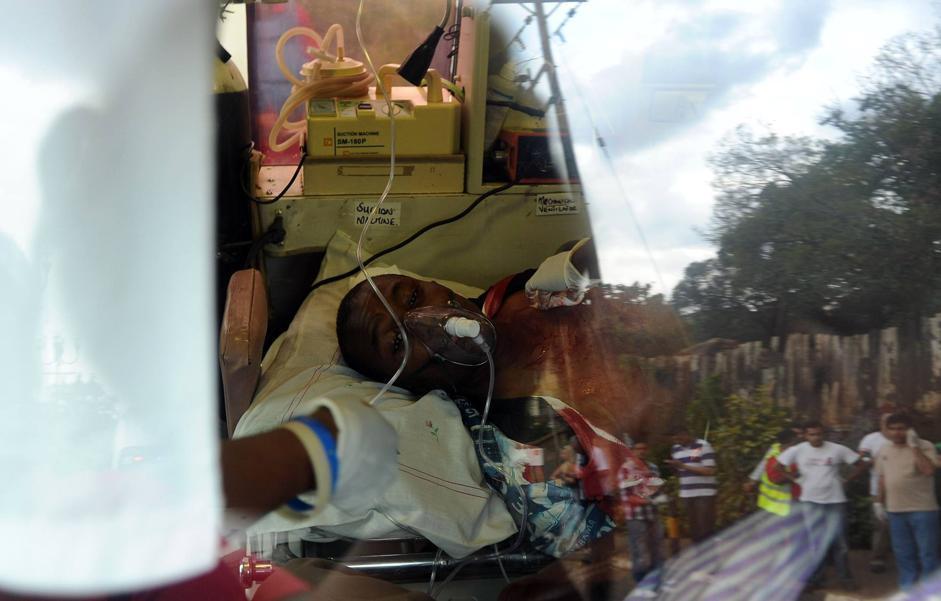 Un uomo che fonti di polizia indicano come uno degli assalitori è stato ferito e arrestato. È, però, morto in ospedale. Lo ha confermato il governo keniota (Afp/Karumba)