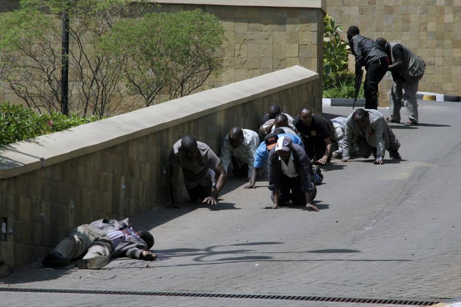 La fuga dal Westgate passando, a carponi, accanto a un corpo (Ap/Azim)