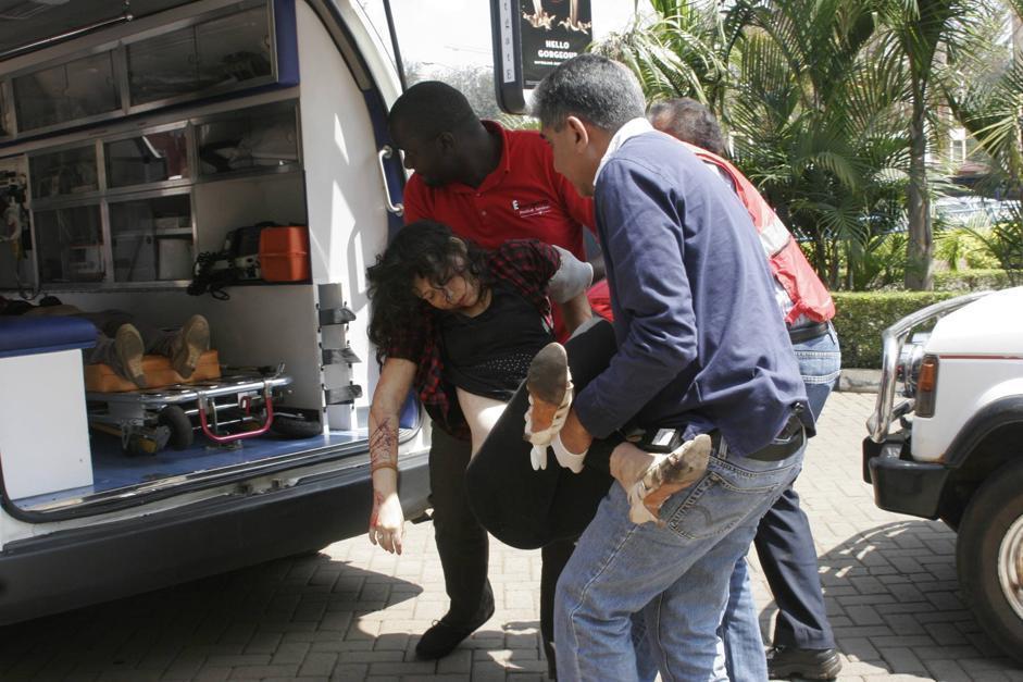 Una donna e un ragazzo sono stati uccisi all'interno di un'auto nel parcheggio. I loro corpi sono stati trasportati insieme all'ospedale (Ap/Azim)