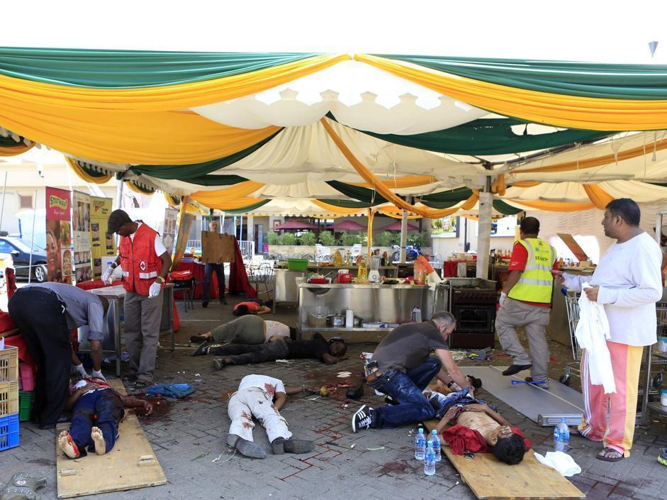 Feriti e vittime nel bar all'esterno del centro Westgate (Afp/Khamis)