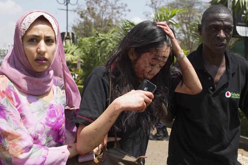 I soccorsi a una donna ferita (Reuters/Modola)
