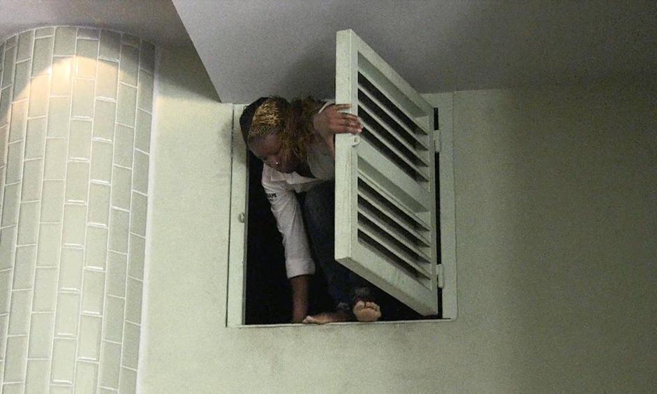 Un fotogramma di un filmato mostra una donna cercare una via di fuga (Afp/Sobecki)