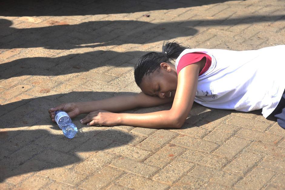 Per l'emozione una donna, dopo essere stata soccorsa, è collassata a terra (Ap/Gangale)