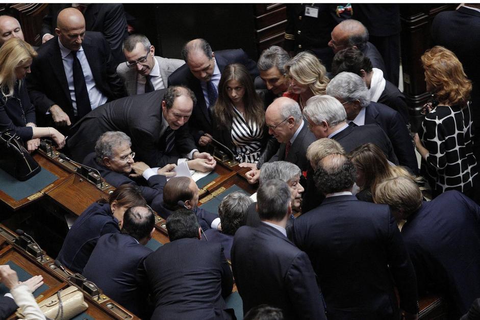 Berlusconi attorniato dai colleghi del Pdl (Ansa)