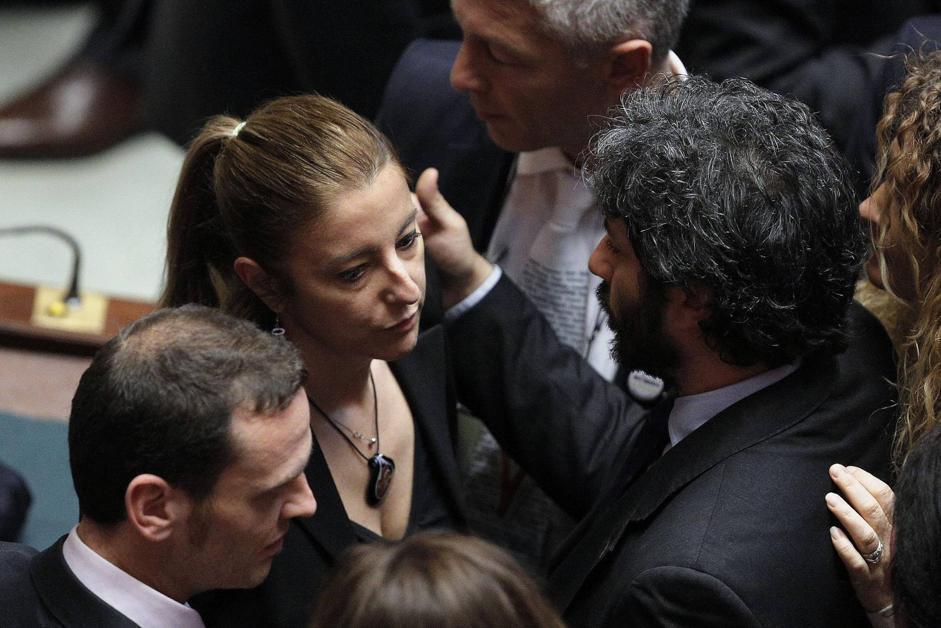 La capogruppo dell'M5S Ronerta Lombardi con  il compagno di partito Roberto Fico (Ansa)