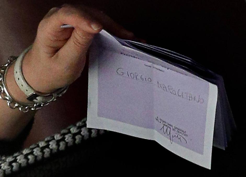 Una scheda con il nome di Giorgio Napolitano (Ansa)