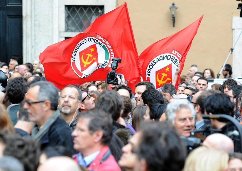 Alcuni militanti di Rifondazione protestano in piazza (Ansa)