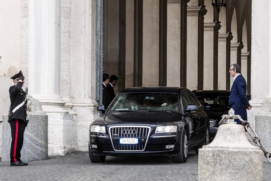 Silvio Berlusconi con Angelino Alfano lasciano in auto il Quirinale dopo l incontro con il Presidente della Repubblica Giorgio Napolitano (Ansa/Carconi)