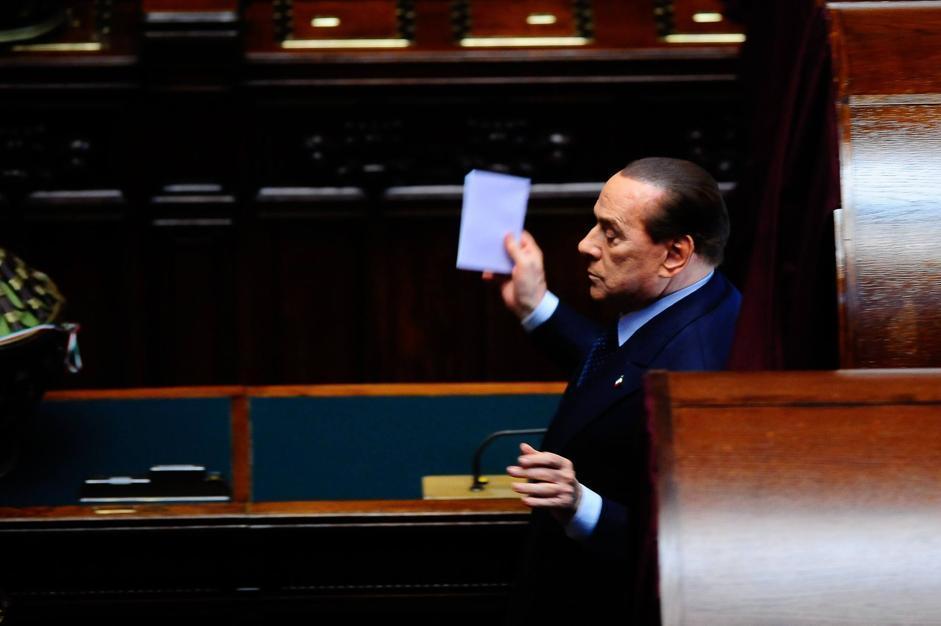 Silvio Berlusconi esce dalla cabina elettorale dopo il sesto voto (IMAGOECONOMICA/STEFANINI)