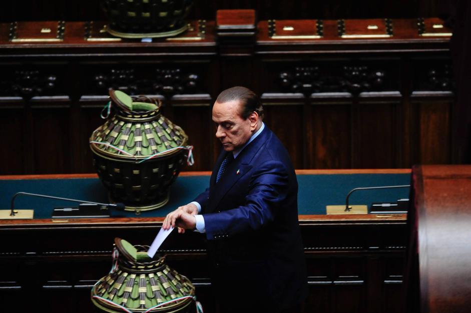 Berlusconi depone il suo voto nell'«insalatiera» (IMAGOECONOMICA/STEFANINI)