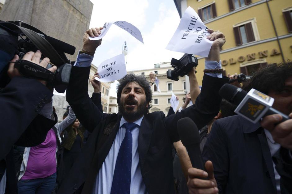 Roberto Fico del Movimento 5 Stelle alla protesta per Stefano Rodotà presidente della Repubblica davanti a Montecitorio (ANSA/MONTANI)