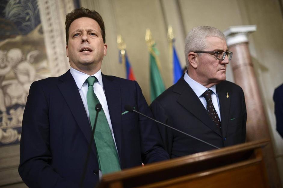 Il presidente del gruppo parlamentare della Lega Nord al Senato Federico Bricolo (a sinistra) e il presidente del gruppo parlamentare della Lega Nord alla Camera Gianpaolo Dozzo (Ansa/Montani)