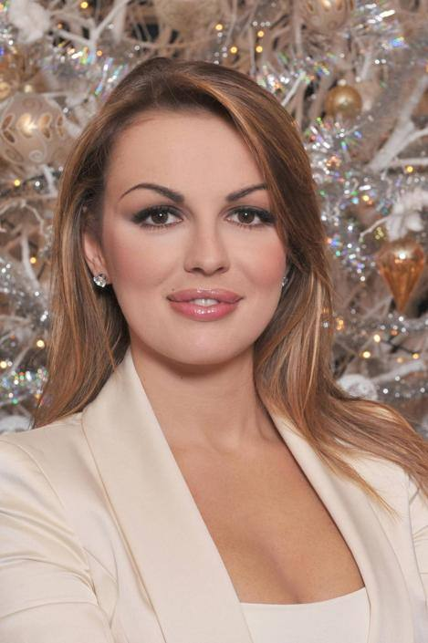Primo Natale da fidanzata ufficiale di Silvio Berlusconi per Francesca Pascale. Qui posa davanti all'albero di Natale (Ansa)