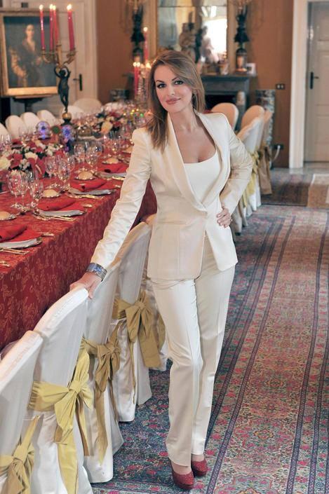Francesca Pascale, 28 anni, posa dinanzi alla tavola imbandita prima del pranzo di Natale (Ansa)