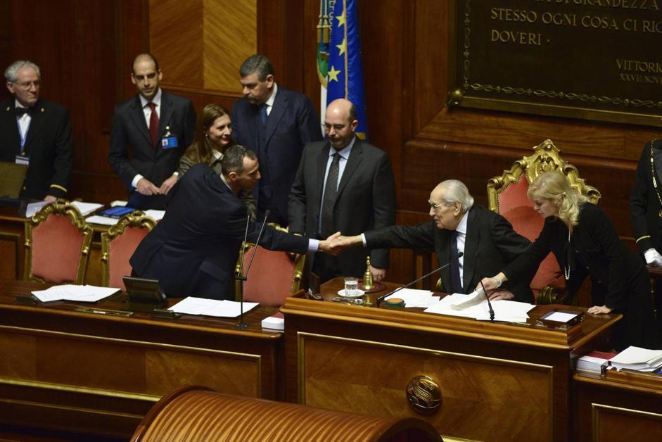 Il senatore Emilio Colombo (D) stringe la mano al capogruppo Movimento 5 Stelle Vito Crimi (Guido Montani/Ansa)