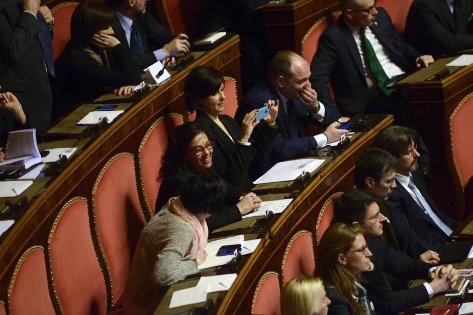 Senatori del Movimento 5 Stelle si fotografano durante la seduta di insediamento dei nuovi senatori a palazzo Madama (Guido Montani/Ansa)